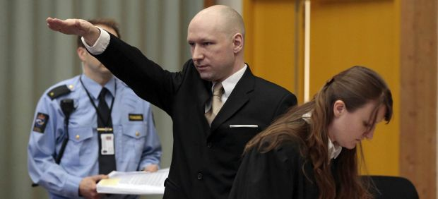 Breivik, autor de la matanza de Oslo, hace un saludo nazi en el juicio contra el Estado noruego