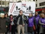 Padres demandan a la seguridad social para pedir permiso de paternidad