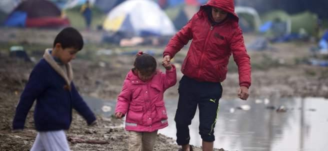 Niños refugiados entre Grecia y Macedonia