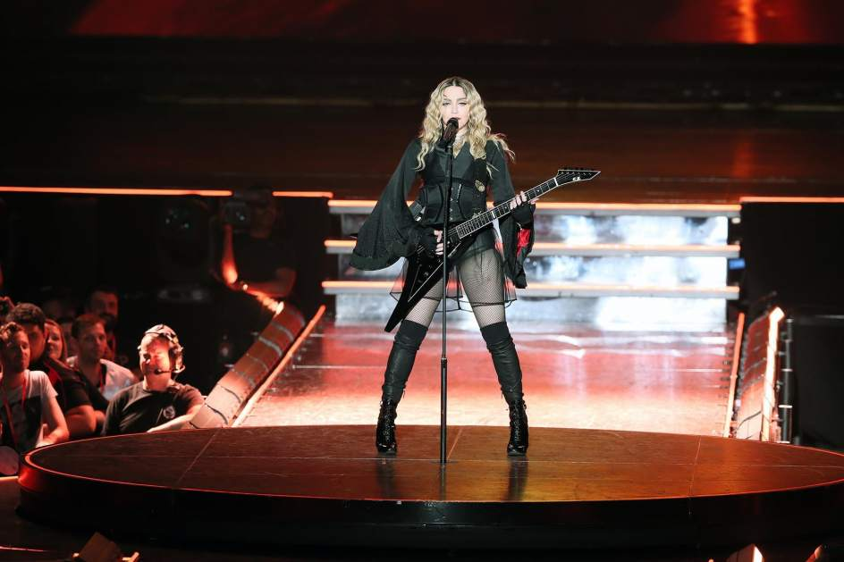 Madonna canta en el Brisbane Entertainment Centre de Bisbane, Australia.