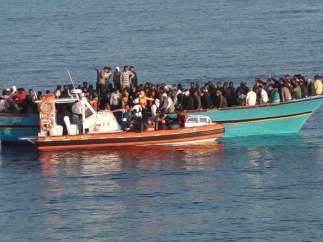 El barco Diciotti de la Guardia Costiera italiana rescata a 246 inmigrantes
