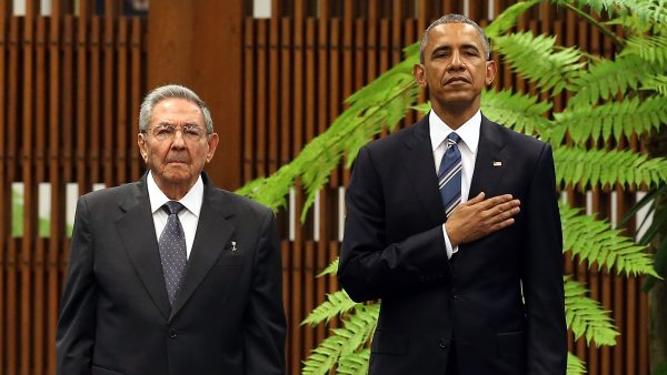 Obama y Raúl Castro escuchan el himno de EE UU