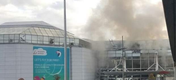 Una columna de humo se ve en el aeropuerto de Bruselas