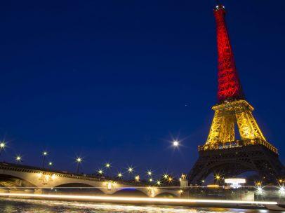 La torre Eiffel iluminada con la bandera belga