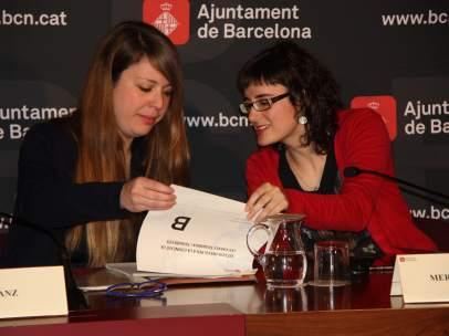 Plano medio de la teniente alcalde, Janet Sanz y la regidora de mobilidad, Mercedes Vidal, sentadas delante de un plafón con el logo del Ayuntamiento de Barcelona.