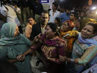 Familiares de víctimas del atentado suicida en la ciudad pakistaní de Lahore