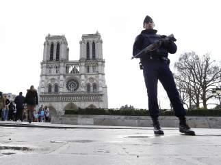 Policía francesa junto a Notre Damme.