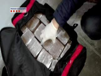 Droga escondida en una maleta decomisada por los Mossos d'Esquadra.