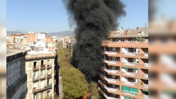 Un cami n de bcneta quema en barcelona y provoca una gran - Calle borrell barcelona ...