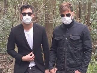 Ricky Martin y su novio, en una curiosa foto con mascarillas