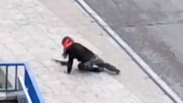 Una guardia civil vestida de Rambo y con rifle de juguete causa alarma en Madrid