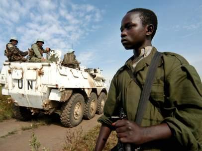 Un tanque de la ONU patrulla el pueblo congoleño de Kambutso en 2006