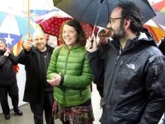 La alcaldesa de Berga, Montse Venturós, ovacionada a su llegada a los juzgados de Berga.