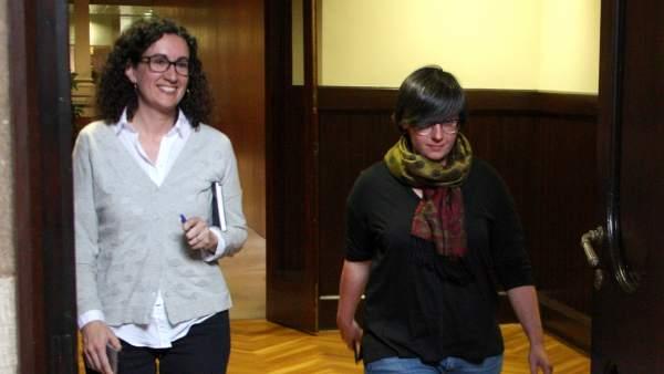 La portavoz de JxSí, Marta Rovira, y la presidenta del grupo parlamentario de la CUP, Mireia Boya, después de firmar la moción conjunta.