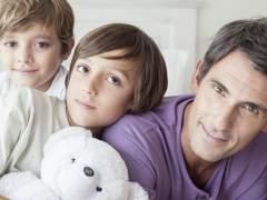 Bruselas pide un permiso retribuido para cuidar a los hijos hasta los doce años