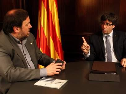 El presidente de la Generalitat, Carles Puigdemont, reunido con el vicepresidente económico, Oriol Junqueras.