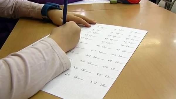 Pide auxilio con una nota que metió en los deberes de su hijo