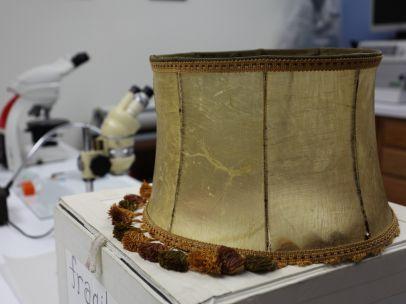Lámpara realizada con piel humana