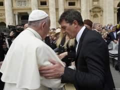 Antonio Banderas saluda al Papa Francisco