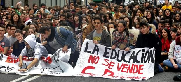 Los estudiantes piden más profesores y menos políticos en protestas contra Lomce y el '3+2'
