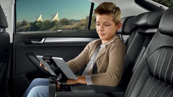Un niño observa su tableta durante un viaje en coche
