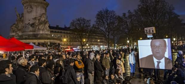 Los indignados de NuitDeBout siguen la comparecencia de Francois Hollande
