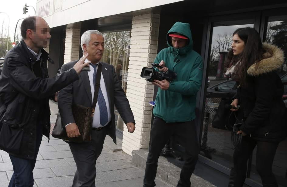 El presidente de Ausbanc, Luis Pineda, a su llegada a la sede de su despacho en la calle Marqués Urquijo de Madrid. (EFE/Ángel Díaz)