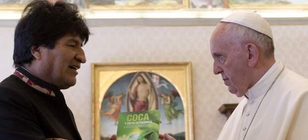 Evo Morales regala al papa Francisco tres libros sobre la coca y le recomienda tomarla