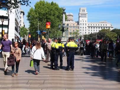 Guardia Urbana en la salida del metro de Las Ramblas