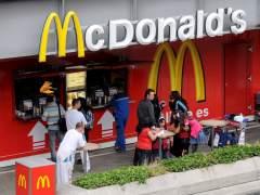 Un exempleado de McDonald's muestra la suciedad de las cocinas
