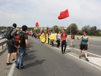 Estudiantes de la UAB durante la marcha hacia el Parlament. Imagen de la C-58 con Badia del Vallès.