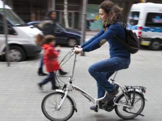 Laia Martinez passejant a amb la seva bici elèctrica