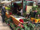 Los vendedores de flores preparan ya las rosas para la jornada de Sant Jordi.