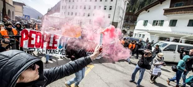 Austria reprime con gas pimienta y porras una protesta contra los controles a refugiados