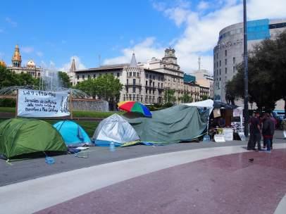 Activistas del grupo 'Nit Dempeus BCN' acampan en Plaza Cataluña.