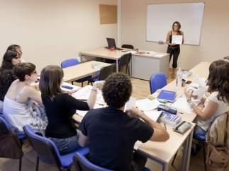 Profesora de idiomas dando clase