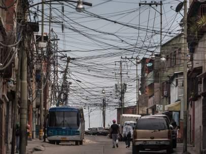 Calle con tendido eléctrico en Caracas (Venezuela).