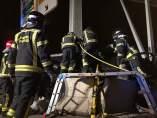 Los bomberos en el accidente de la M-30