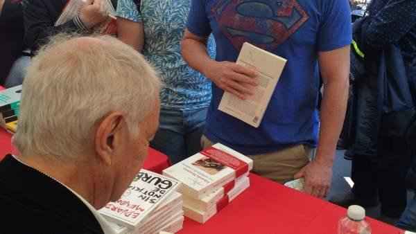 Eduardo Mendoza firma libros este Sant Jordi en Barcelona.