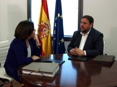 Soraya Sáenz de Santamaria y Oriol Junqueras en el inicio de la reunión.
