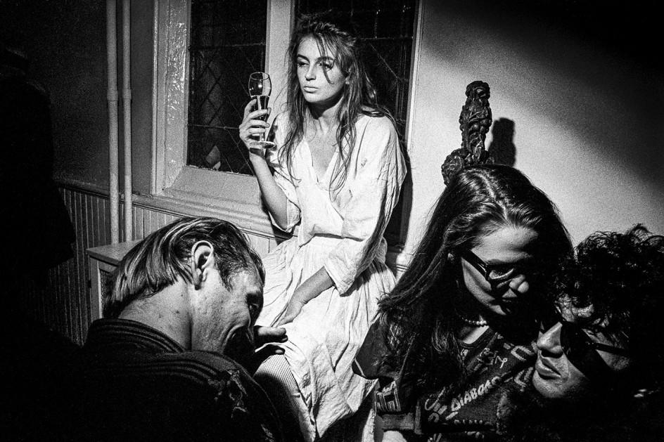 Ken Schles, Limelight, 1983 . Una chica borracha en una fiesta en una foto de Ken Schles