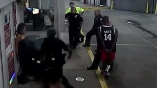 Despiden a un policía por golpear a una mujer esposada