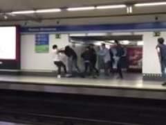 Tres heridos en una brutal pelea en el metro