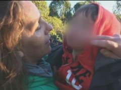 Encuentran con vida doce horas después al niño que se perdió en el bosque de Pelayos
