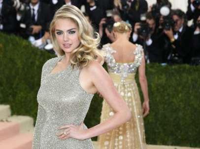 La modelo Kate Upton con un vestido plateado