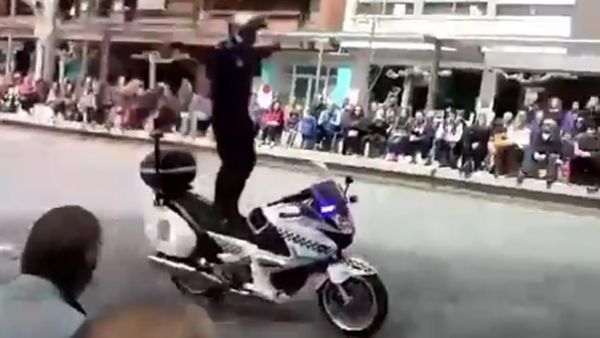 Tremendo accidente de un policía en una exhibición de motos