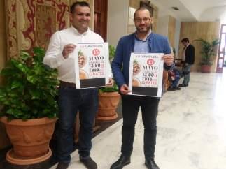 Luque (dcha.) y Henares con el cartel de la Caracolada