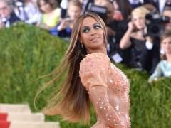 Revuelo por la aparición de Beyonce en un acto sin Jay-Z y sin anillo de casada