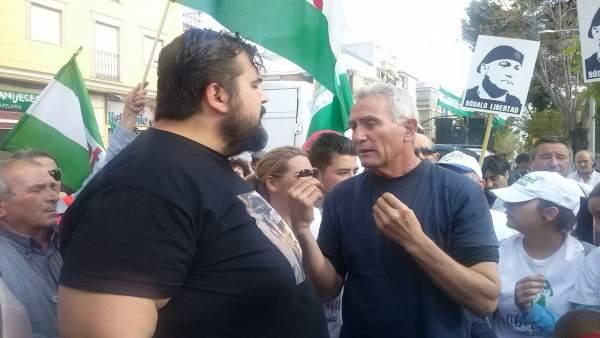 Diego Cañamero (i) charla con Óscar Reina antes de su detención.