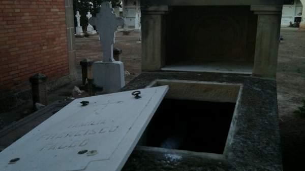 Tumba profanada en el cementerio de Castelldans